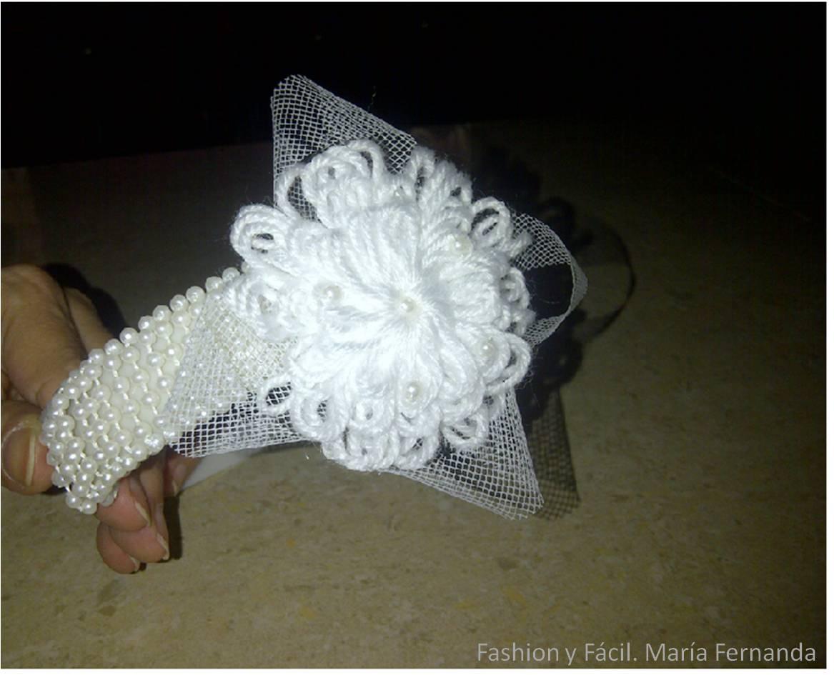 Telar redondo (si no tiene s el telar redondo puedes usar una flor tejida a  ganchillo)