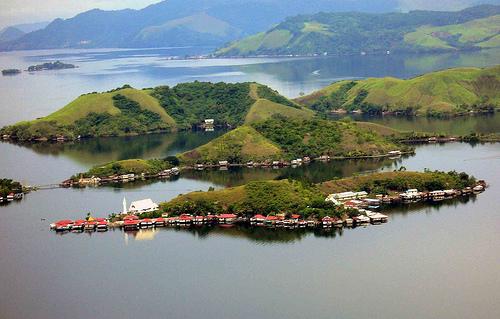 http://4.bp.blogspot.com/-yqmSoshMaoE/UVHmy_46nxI/AAAAAAAAAD8/7a4EgOBcVJA/s1600/wisata+danau+sentani+papua.jpg