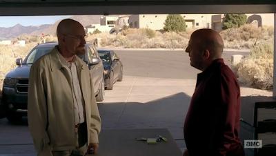 Encuentro entre Walter y Hank en el garaje de este.