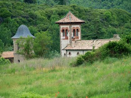 El campanar de l'església i la Torre de l'Amo de Viladomiu Vell