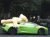 Angkut Boneka, Mobil Sport Ini Bikin Heboh Netizen