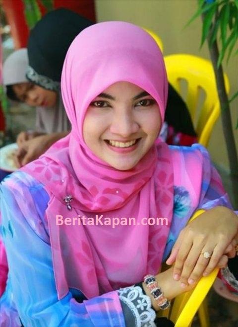 Gadis Cantik Menggunakan Hijab Warna Merah Muda