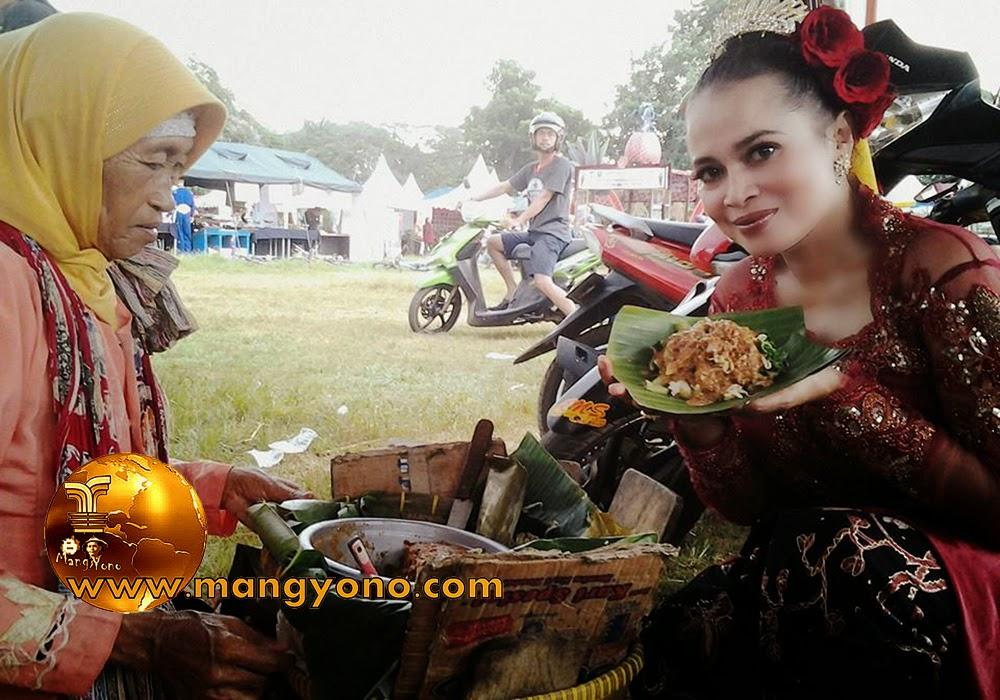 FOTO : Bu Yuli Merdekawati, Lurah Cigadung memperlihatkan Lotek di acara Ulangtahun Kab. Subang. Foto dari medsos bu Lurah hehe.