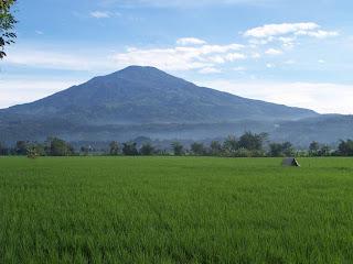 http://4.bp.blogspot.com/-ytAYgp6OHaY/TvgLHJR97YI/AAAAAAAAClc/eoOv0Bm100U/s1600/gunung-ciremai_1024x768.jpg