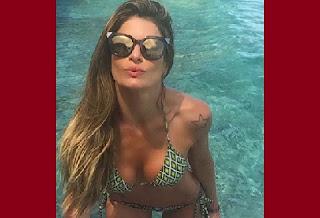 """Carol Magalhães fez biquinho em foto de """"despedida"""" das Ilhas Maldivas. A modelo e atriz aparece de biquíni em selfie divulgada nesta segunda-feira, 13, no Instagram. Mas ela gostou tanto do local que promete voltar: """"Ano que vem tem mais"""", disse Carol na rede social."""