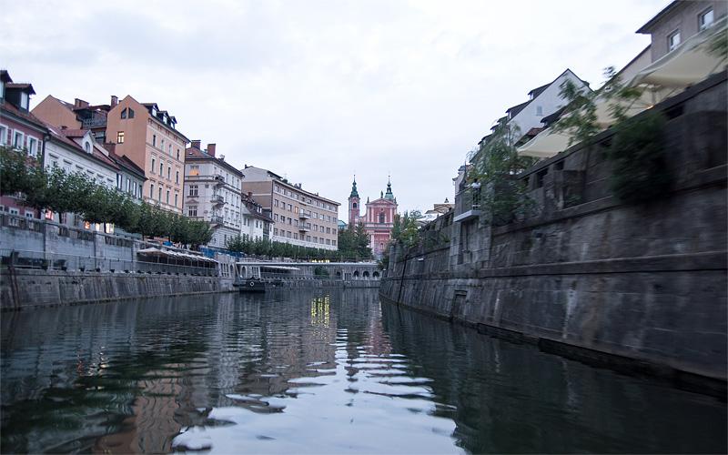 Ljubljana iz rečnega korita Cankarjevo nabrežje full