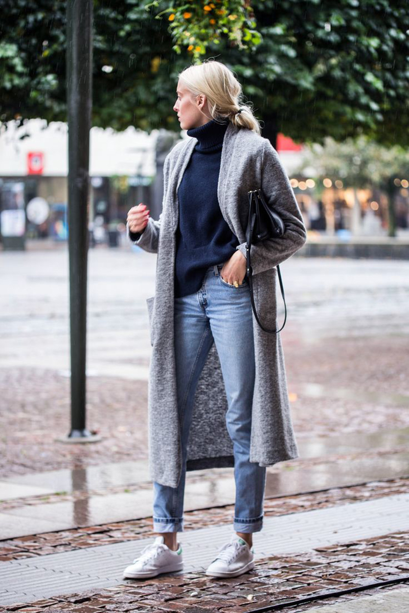 how-to-wear-white-sneakers-stan-smith-streetstyle-denim-coat