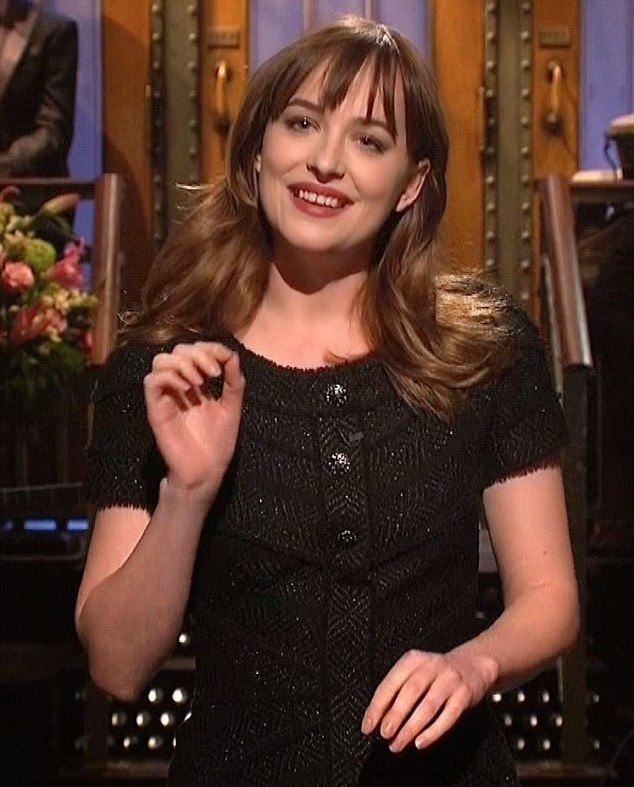 So thanks to the Saturday Night Live at New York on Saturday, February 28, 2015, which confirming to arranged a great reunion for the parents and their most beautiful daughter, Dakota Johnson.