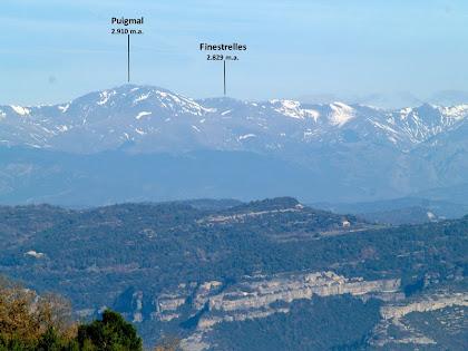 El Puigmal culminant la Gran Olla, que rodeja la vall de Núria