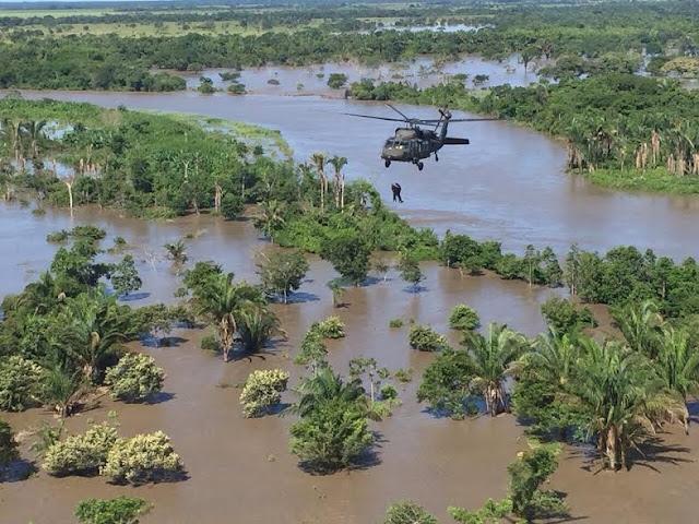 Instante en el cual el helicóptero Ángel del CACOM 2 rescata a una persona de las inundaciones.