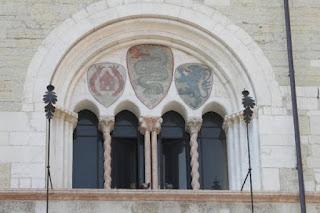 Quadrifora finestra suddivisa in quattro parti aventi forma di arco