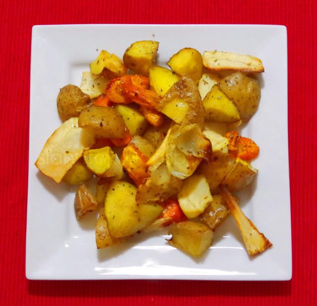 Pečeni krumpir, mrkva, pastrnjak i luk s ružmarinom i maslinovim uljem (C) Enola Knezevic 2013