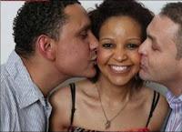 Tempos modernos! Mulher vive com marido e namorado na mesma casa, mas dorme com outra pessoa
