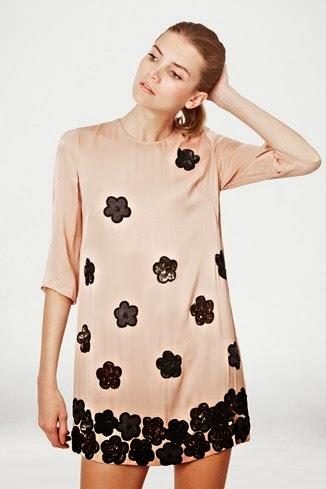 çiçekli krem rengi gece elbisesi