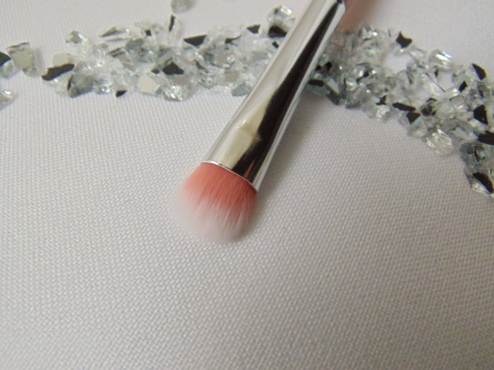 Essence: Neue Pinsel im floralen Design - Eyeshadow Brush - www.annitschkasblog.de