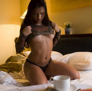 Café na cama com uma ninfeta