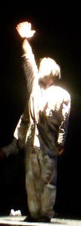 Carlos Morales interpreta el  «Todesfuge». de Paul Celan. Reestreno de GUANTES DE PIEL HUMANA (2009), de Carlos Morales y Julio Clemente Lourtau; escrita y representada por primera vez en 1978, es la primera obra de teatro en Español de todas las escritas hasta la fecha en torno al Holocausto.