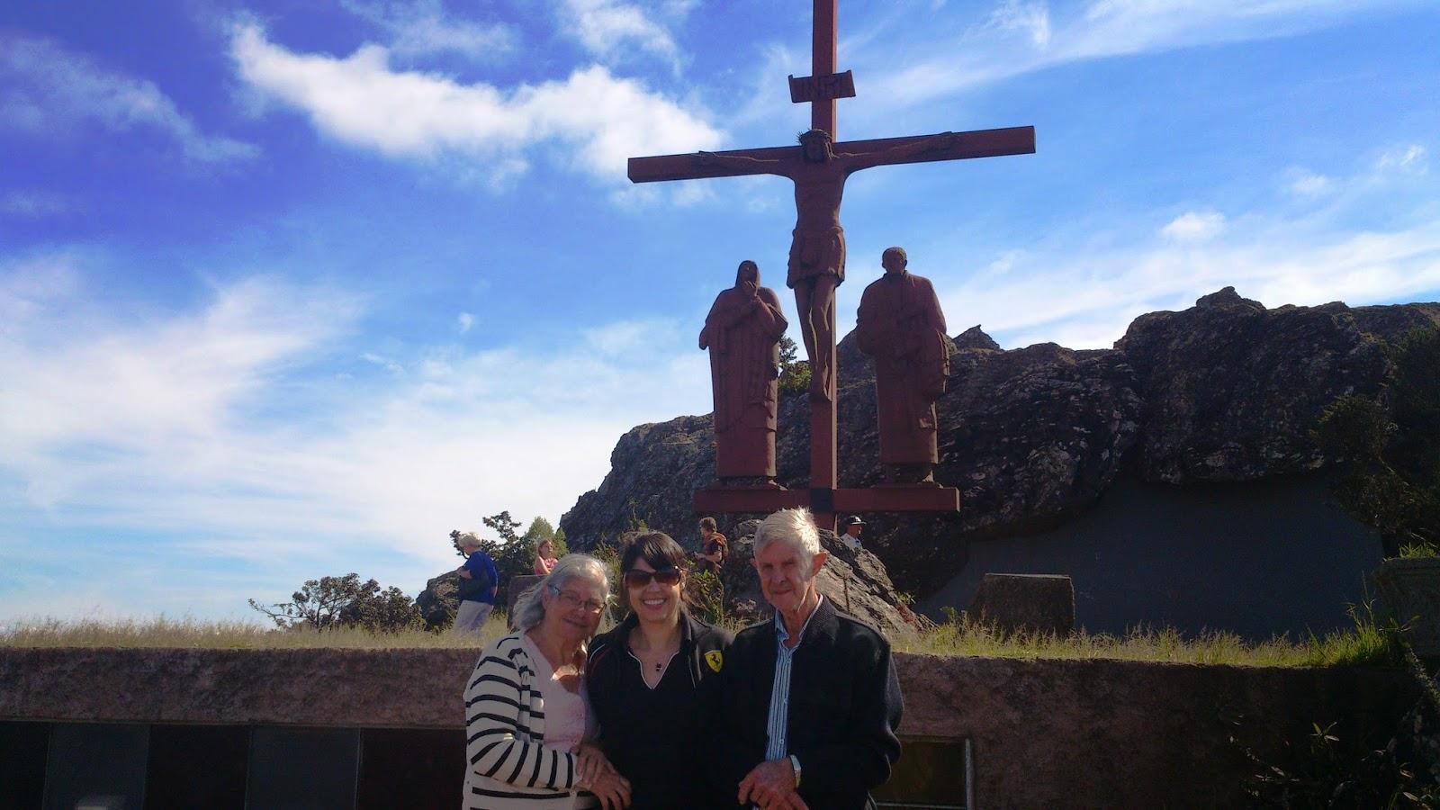 Gi com seus pais na imagem de Cristo na cruz com Maria e São João. #165DB5 1600x900 Banheiro Adaptado Para Senhora Idosa