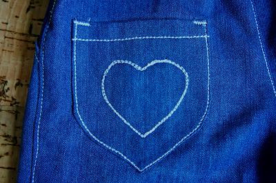 Детские джинсы с сердечком тройной строчкой