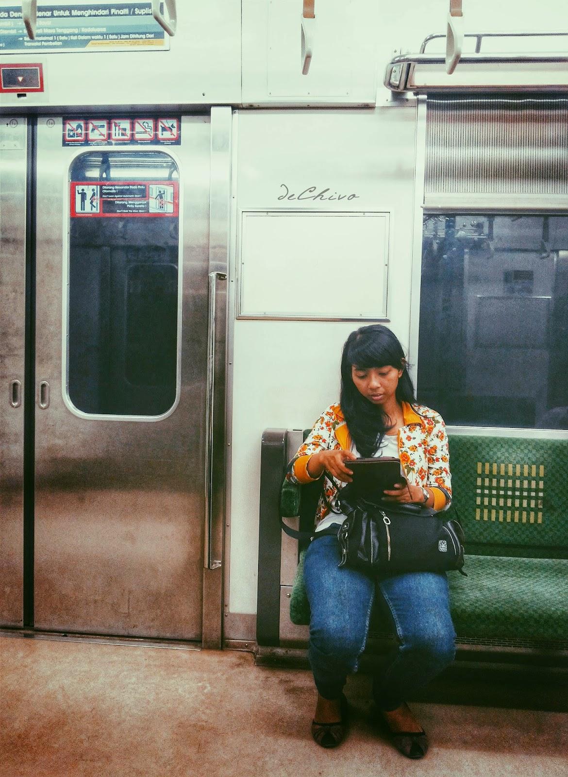 Gadis_Cantik_Main_Tablet_Kereta_Jakarta_Bogor