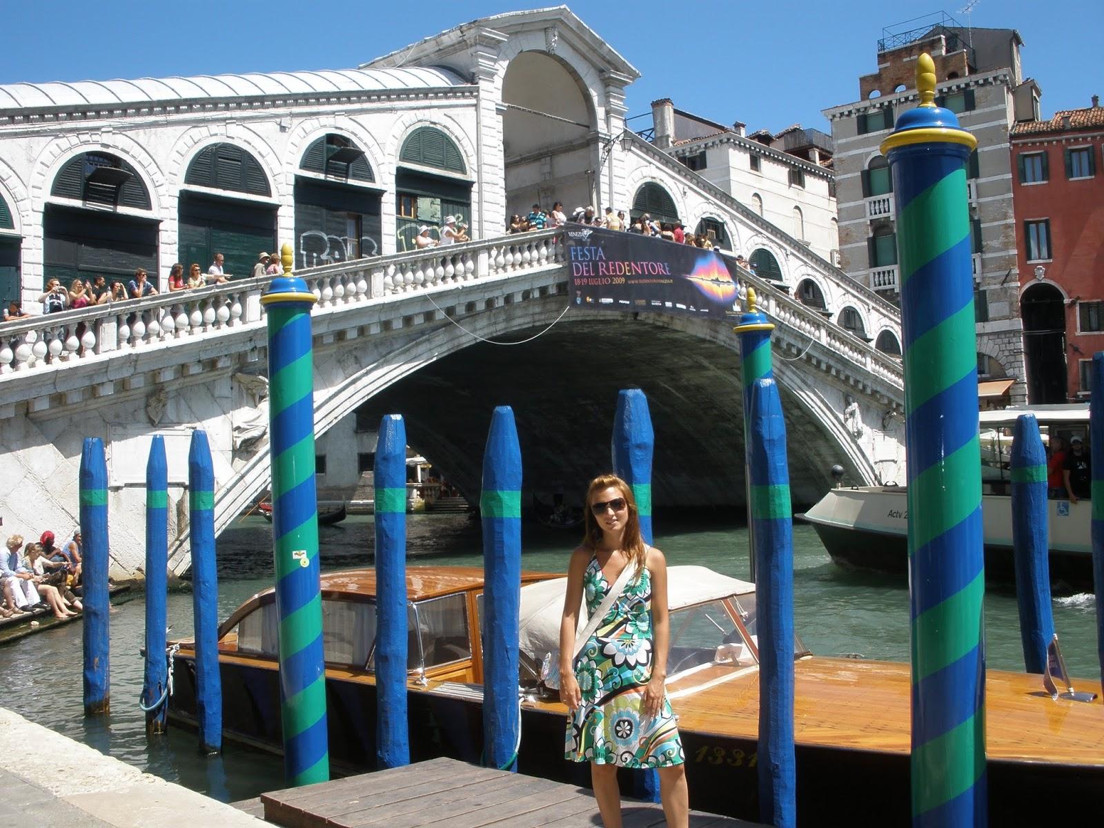 El Puente Rialto es el más famoso de los cuatro que cruzan el Gran Canal de Venecia.