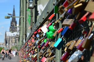 Liebesschlösser an der Hohenzollernbrücke in Köln border=