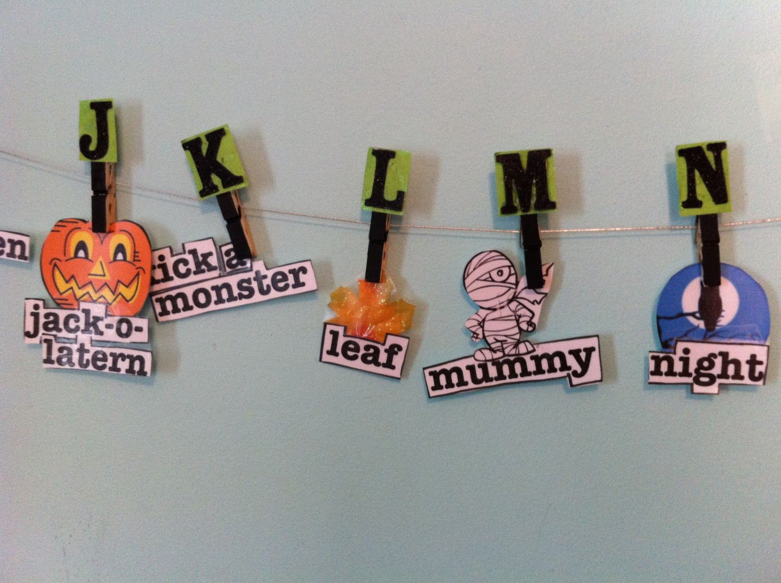 Halloween Alphabet Word Wall Tutorial Momnivore S Dilemma