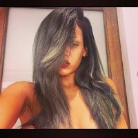 tendencia de cabello color gris de Rihanna