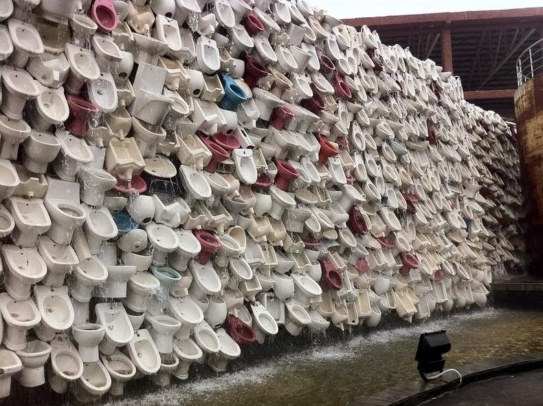 oeuvre d'art de shu yong, mur de toilettes à Foshang, détail ou on voit l'eau couler