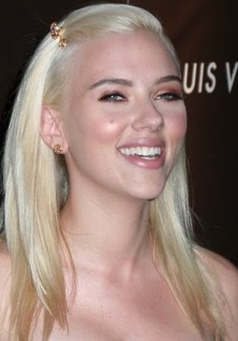 Scarlett Johansson rubia platinada