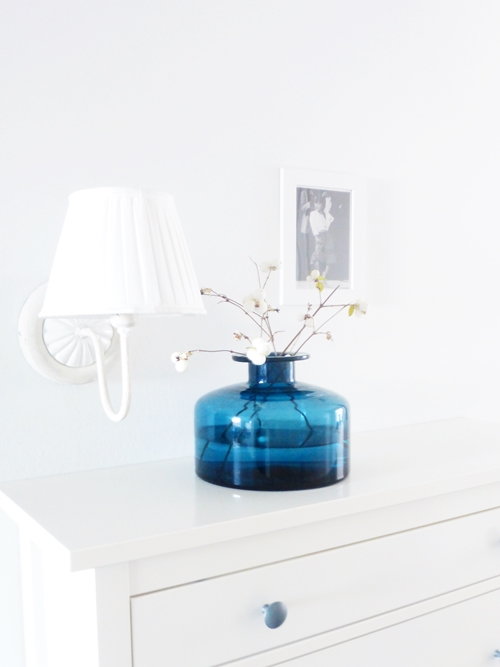 Interiorstyling Schneebeeren Knallerbsen Glasflasche blau weiß