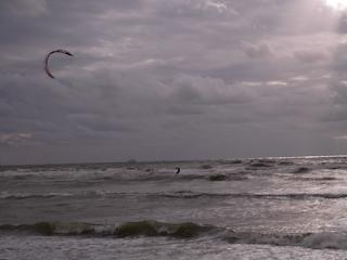 Kitesurfer am Strand von Katwijk
