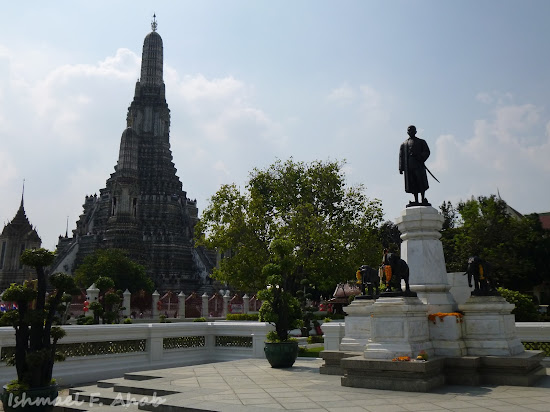Monument of King Rama II at Wat Arun
