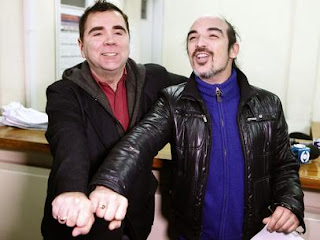 Rodrigo Borda (dir.) e Sergio Miranda exibem suas alianças