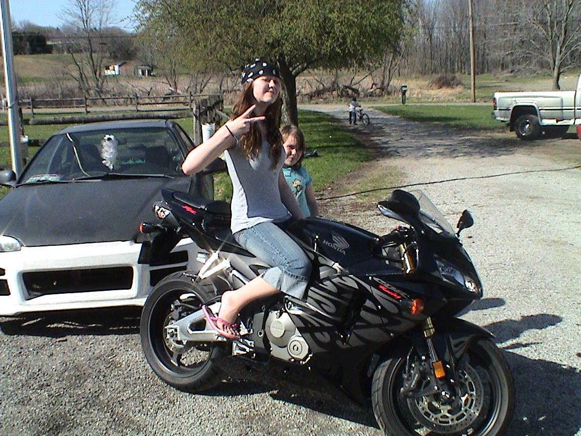 http://4.bp.blogspot.com/-z0MFZTnFOps/Tl5Ox9kcR5I/AAAAAAAAAbc/o7PcwevehVc/s1600/11985-2005-Honda-CBR-798939.jpg