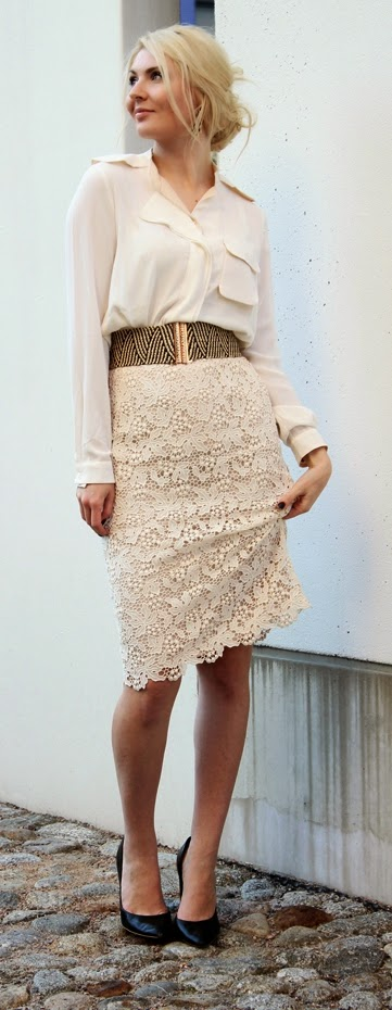 Blush Lace Mini Skirt with Black Pumps | Spring Street Outfits