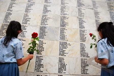 Tembok besar berisi nama Pahlawan yang telah dimakamkan