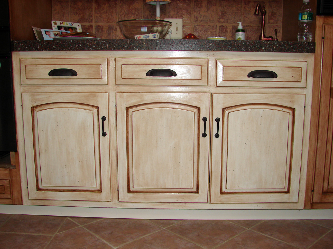 Decorative effect of walls furniture kitchen cabinets for Distressed kitchen cabinets