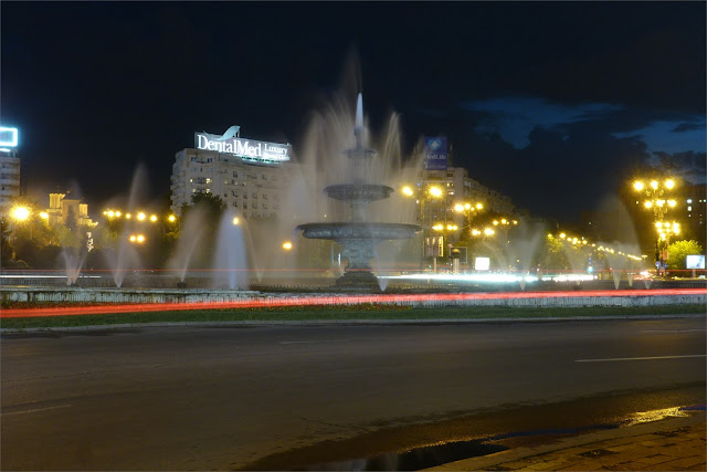 Vista nocturna de la fuente de B-dul Unirii