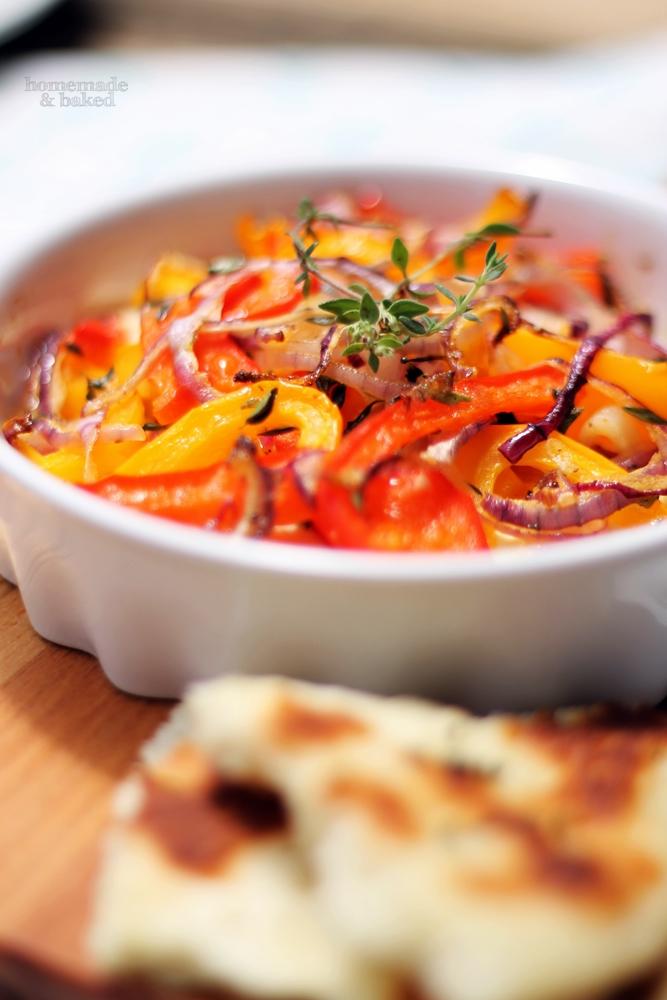 Überbackener Fetakäse mit Paprika und Zwiebeln