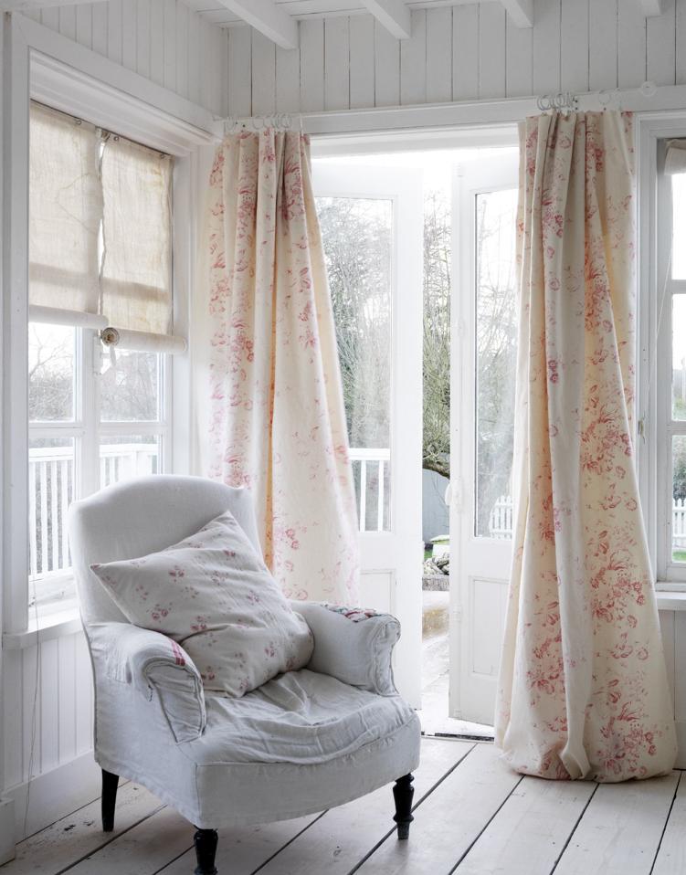 shabby and charme il vero shabby in un cottage sul mare impreziosito con i tessuti cabbages and. Black Bedroom Furniture Sets. Home Design Ideas