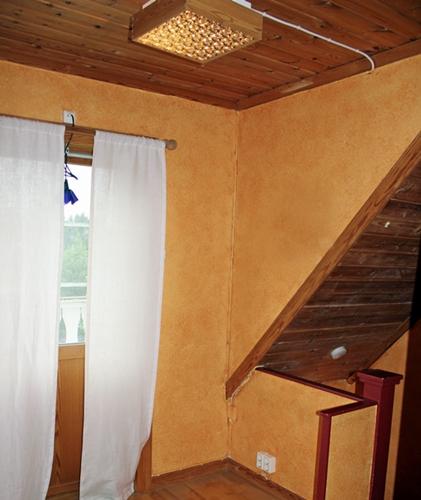hallen före renovering, bilder före och efter renovering av hall, måla vita väggar, måla panel av furu vitt