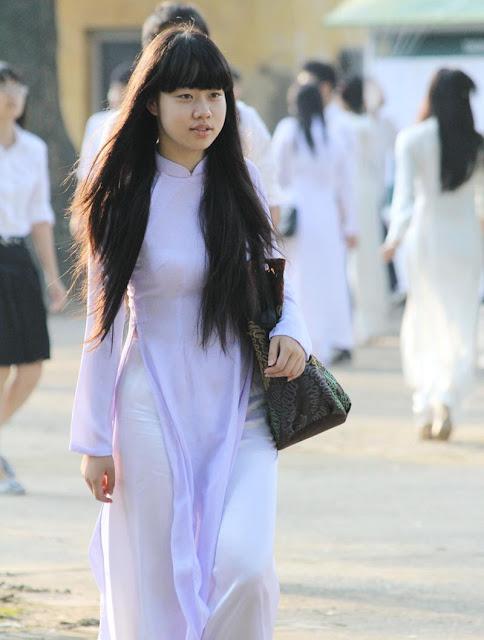 Nữ sinh với áo dài mỏng nhìn rõ đồ lót 17