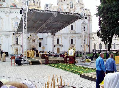 Молебен на Соборной площади Печерской Лавры
