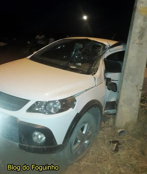 Em Chapadinha! Carro colide em poste e fica com lateral totalmente destruída em acidente na Av. Mil Casas
