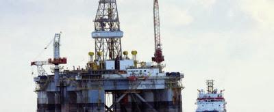 Το υπουργείο Πετρελαίου και Ορυκτού Πλούτου της Αιγύπτου με σχετική ανακοίνωση του στον Τύπο προκηρύσσει την έναρξη διαγωνισμού για αδειοδότηση τεμαχίων στη ξηρά και τη θάλασσα για έρευνες για πετρέλαιο και φυσικό αέριο. Τελευταία ημερομηνία υποβολής ενδιαφέροντος έχει οριστεί η 19η Μαΐου 2014.  Συγκεκριμένα, το υπουργείο Πετρελαίου της Αιγύπτου προκηρύσσει διαγωνισμό για αδειοδότηση 10 τεμαχίων στην ξηρά (Δυτική Έρημο) και 5 τεμαχίων στην Ερυθρά Θάλασσα (Κόλπος Σουέζ) για έρευνες για πετρέλαιο. Ο διαγωνισμό περιλαμβάνει επίσης 5 τεμάχια στη Μεσόγειο Θάλασσα και 2 στην ξηρά (βόρεια παράλια μεταξύ του Δέλτα του Νείλου και της Διώρυγας του Σουέζ) για έρευνες για φυσικό αέριο.  Ιδιαίτερο ενδιαφέρον για την Κύπρο συγκεντρώνουν τα τεμάχια στη Μεσόγειο, καθότι τα 4 από τα 5 τεμάχια εφάπτονται της κυπριακής ΑΟΖ.  Συγκεκριμένα, η αιγυπτιακή πλευρά προτίθεται να αδειοδοτήσει το τεμάχιο 8 το οποίο συνορεύει με το κυπριακό τεμάχιο 12 και μέρος του 11, ενώ παράλληλα συνορεύει και με την ισραηλινή ΑΟΖ, ανατολικά. Προσφορές δέχεται και για το τεμάχιο 11, το ποίο συνορεύει με τα κυπριακά τεμάχια 4,5 και 10 και το τεμάχιο 12, το οποίο συνορεύει με το κυπριακό 4 και την ελληνική ΑΟΖ. Τέλος, η Αίγυπτος προτίθεται να αδειοδοτήσει ένα νέο τεμάχιο που συνορεύει με το τεμάχιο 10 της κυπριακής ΑΟΖ, το οποίο δεν περιλήφθηκε στον περσινό διαγωνισμό.
