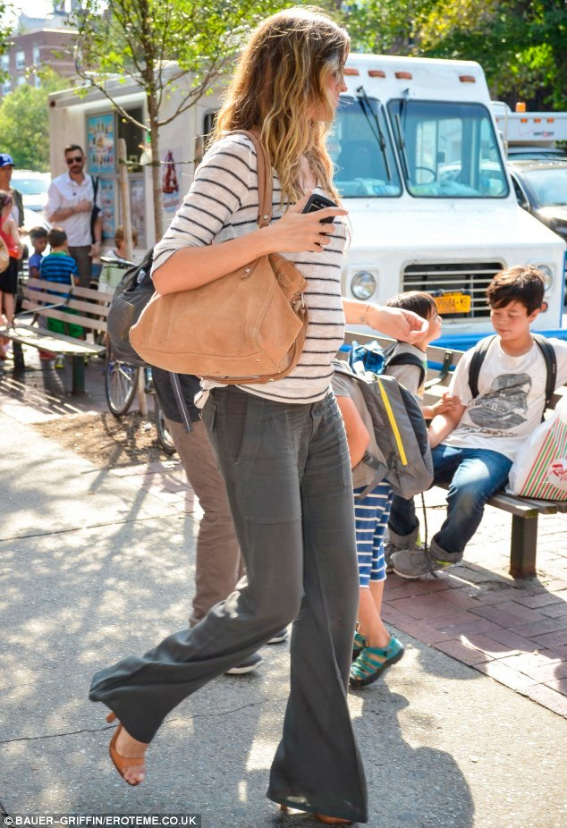gisele bundchen masters the casual look baby bump chic
