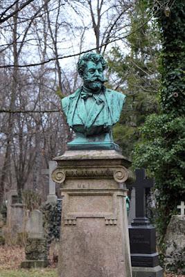 Büste an einem Grab am Südfriedhof München