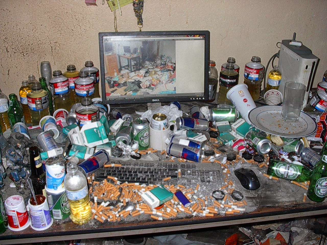 image humoristique d'un bureau avec ordinateur plein de clopes et de soda