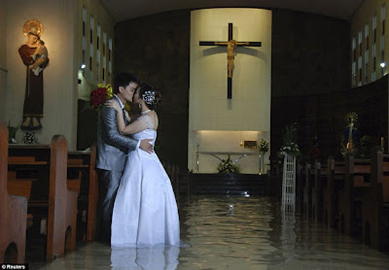 Pasangan Ini Nekat Menikah Ditengah Banjir Di Filipina [pict] [ www.BlogApaAja.com ]